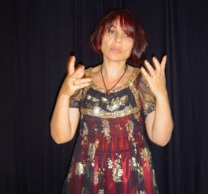 Nora aceval , la conteuse à la voix nue  nora-raconte-en-costume-de-la-sf--300x280
